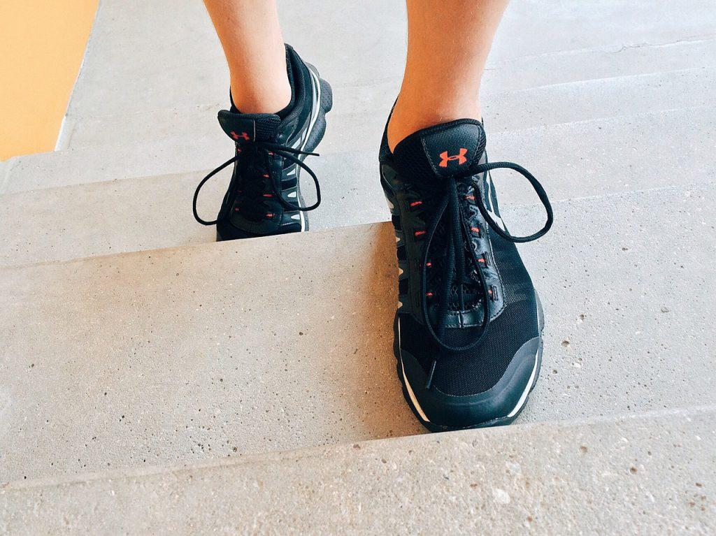 פילאטיס הוד השרון - בת שבע שרם על תרגיל עליית מדרגה לחיזוק רגליים